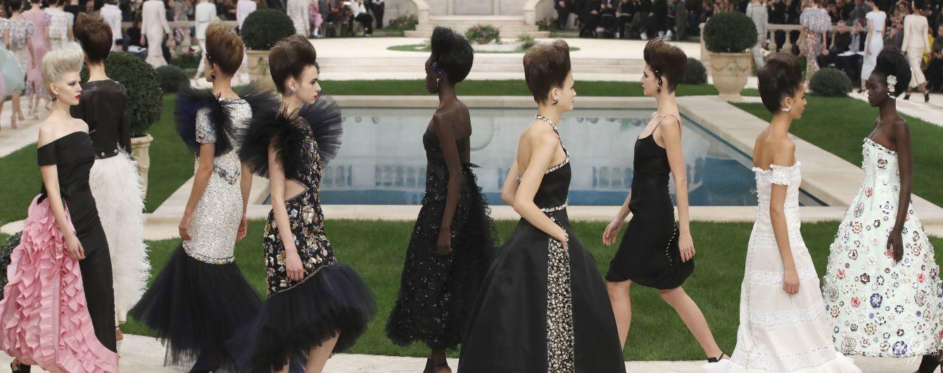 Стразы, перья и дефиле у бассейна: в Париже прошел показ кутюрной коллекции Chanel