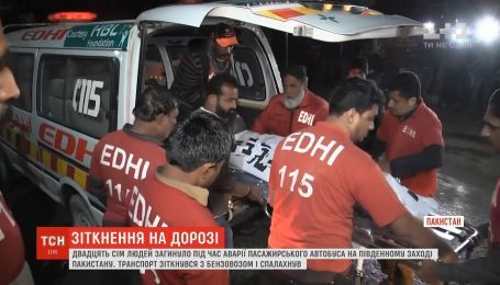 В Пакистане автобус столкнулся с бензовозом: погибли 27 человек