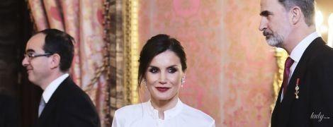 В обтягивающей юбке и с темной помадой: эффектная королева Летиция посетила дипломатический прием