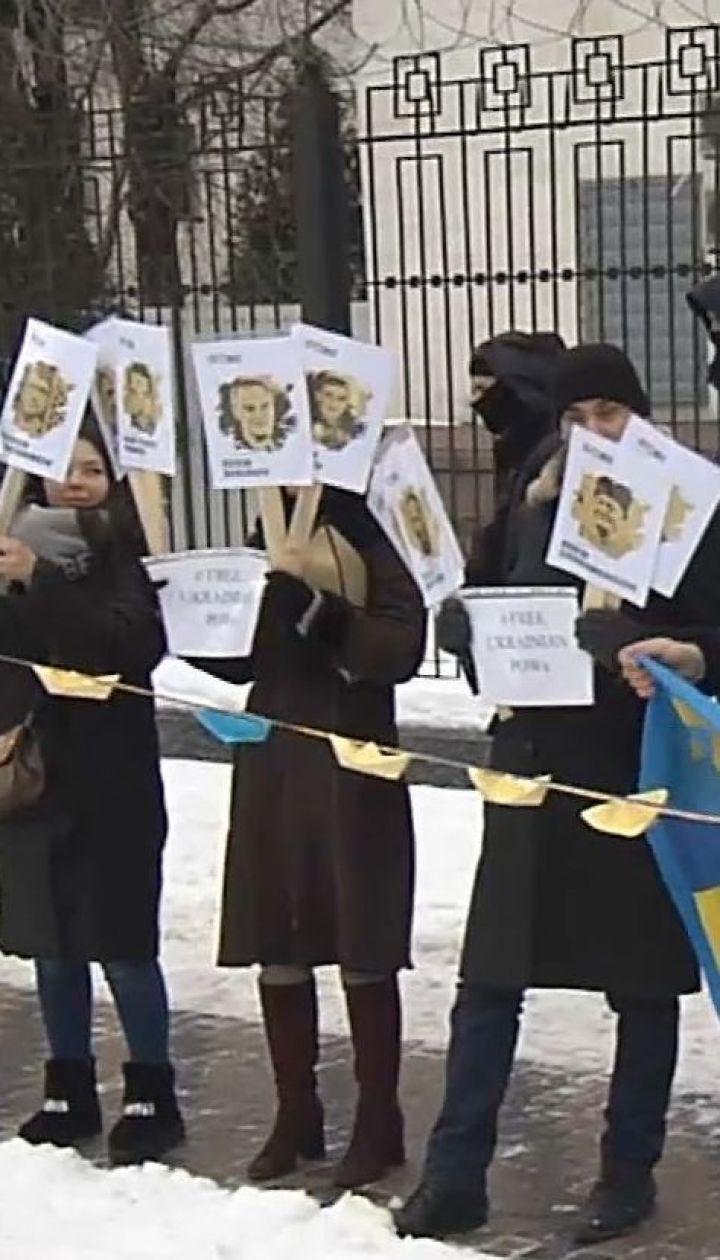 Акция в поддержку украинских военнопленных моряков состоялась под посольством РФ в Киеве