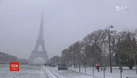 Эйфелеву башню закрыли для туристов из-за мощного снегопада