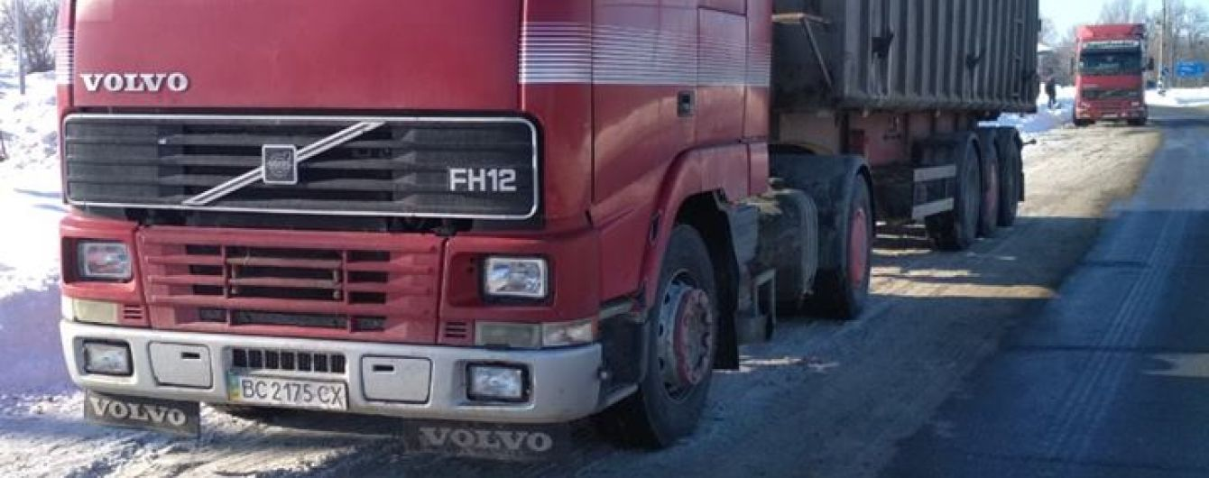 На Кіровоградщині патрульні затримали вантажівки з львівським сміттям