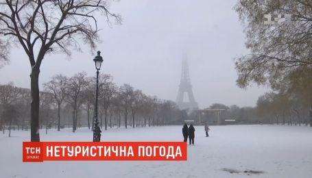 Снегопады в Париже: для туристов закрыли Эйфелеву башню