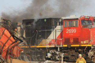 В Канаде огонь атаковал грузовой поезд, который сошел с рельсов