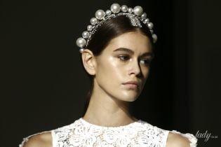 В ажурном платье и с тиарой: Кайя Гербер на подиуме показа Givenchy