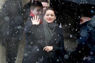 Під снігом в золотих туфлях: Маріон Котіяр на показі Chanel в Парижі