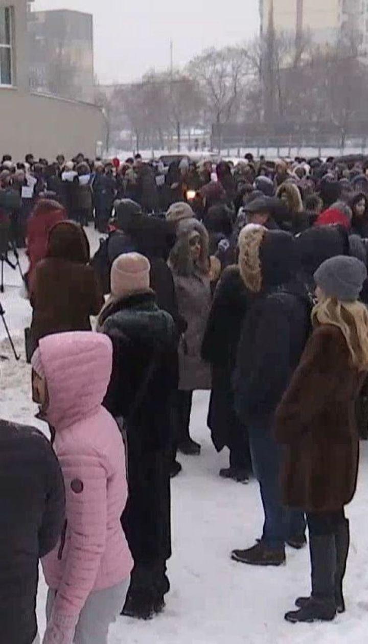 Сотні викладачів Оболонського району вийшли підтримати вчителя, якого побив батько школяра