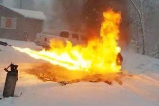 Рясні хуртовини в Україні та чоловік, який вогнеметом розтоплює сніг. Тренди Мережі