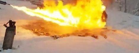 Обильные метели в Украине и мужчина, который огнеметом растапливает снег. Тренды Сети