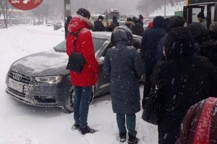 В Киеве легковушка вылетела на заполненную людьми остановку