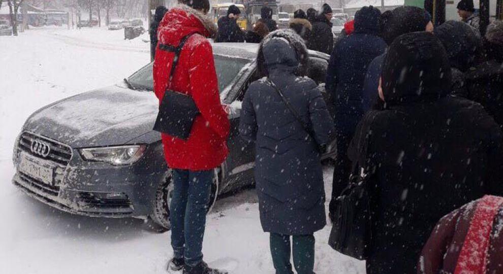 У Києві легковик вилетів на заповнену людьми зупинку