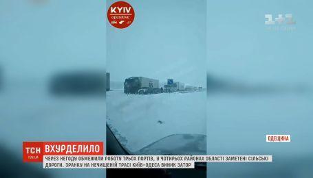 На заметеній трасі на Одещині утворився кількакілометровий затор