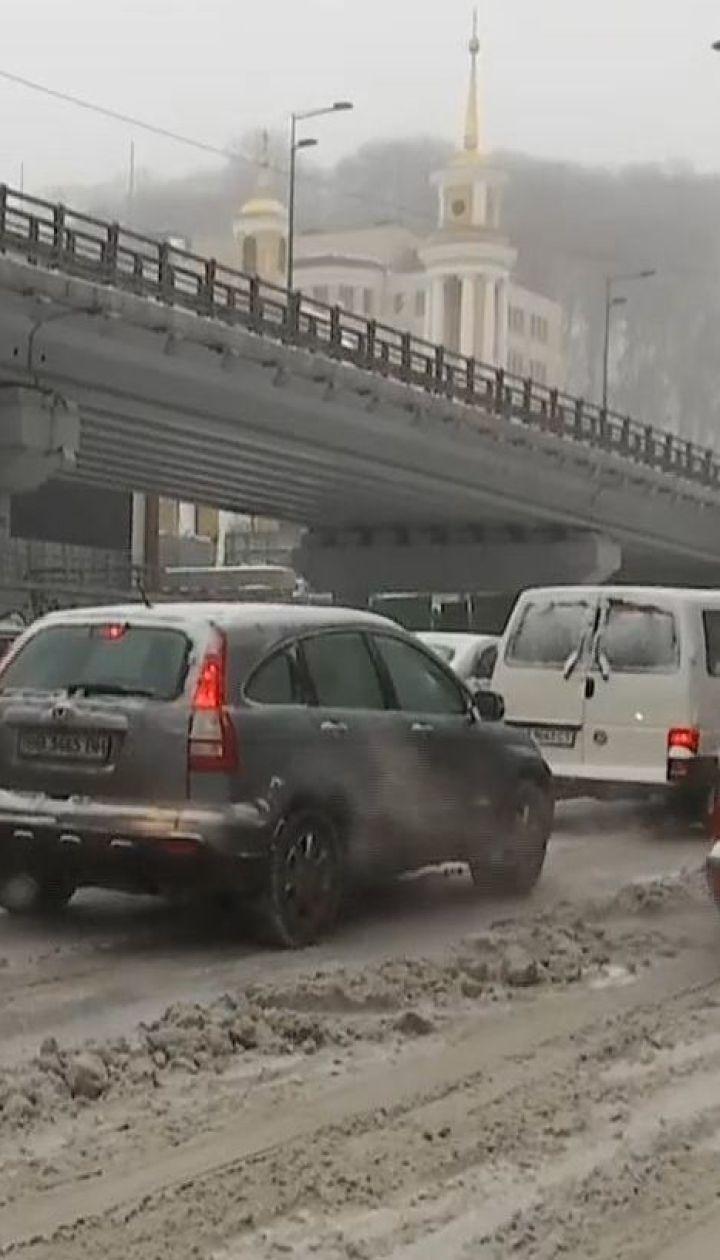 Затори та закритий в'їзд для вантажівок: наслідки снігопаду у Києві