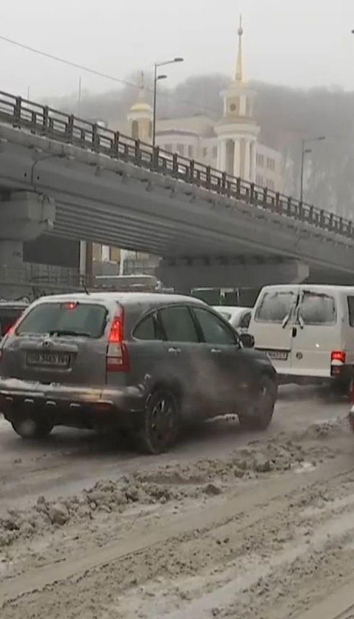 Пробки и закрытий въезд для грузовиков: последствия снегопада в Киеве