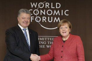 Порошенко обсудил с Меркель в Давосе обострение ситуации в Черном море