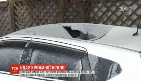 В центре столицы ледяная глыба упала на крышу автомобиля