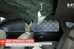 В центре Киева сосулька разбила панорамную крышу иномарки