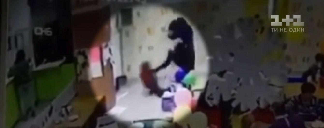 В Запорожье блоггер-воспитатель на глазах десятков людей отлупила ногами 6-летнего сына