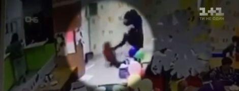 У Запоріжжі блогерка-вихователь на очах десятків людей відгамселила ногами 6-річного сина