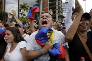 Десятки тысяч венесуэльцев вышли на улицы против Мадуро: в столкновениях с полицией погибли 14 человек