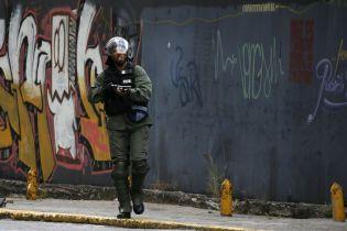 В Венесуэле силовики взяли в кольцо здание парламента
