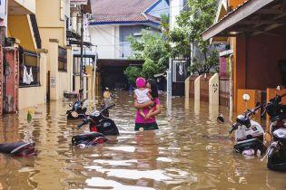 Из-за сильного наводнения в Индонезии погибли более 20 человек
