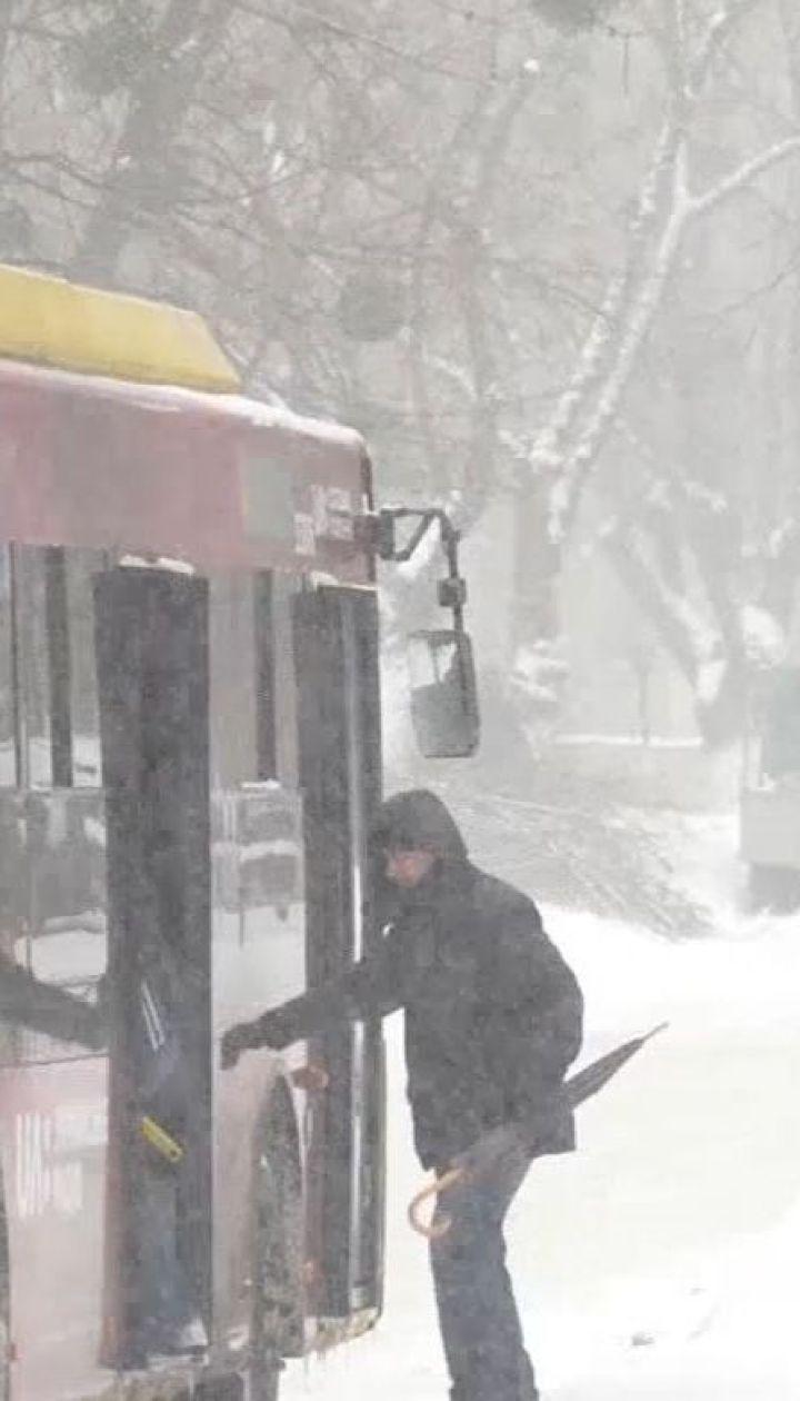 Столичні комунальники не встигають чистити тротуари від снігу та льоду