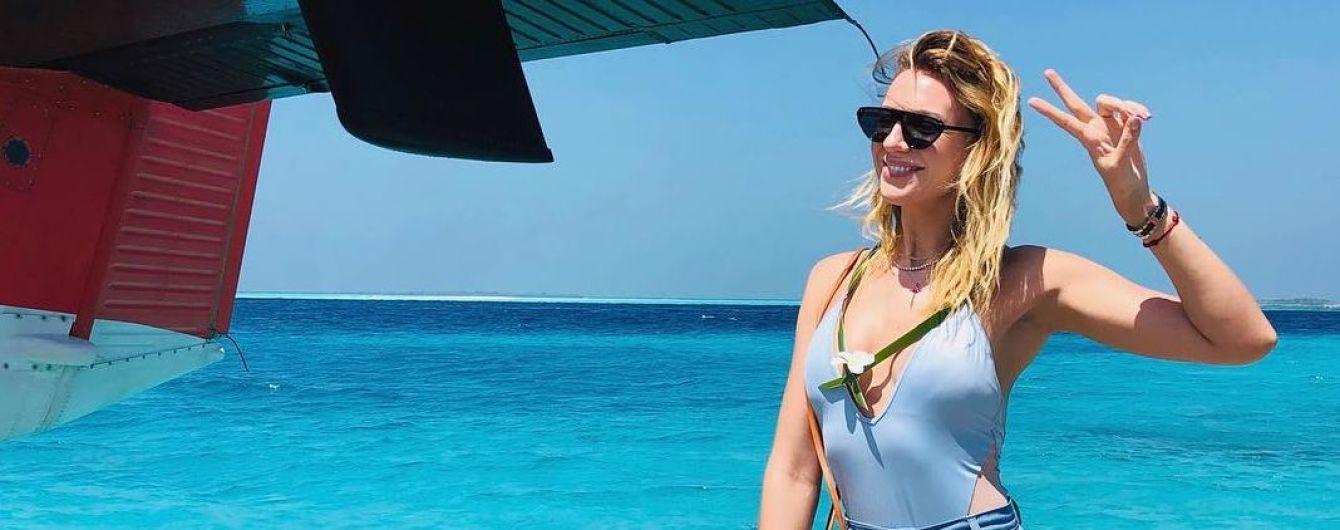 На очереди голубой: Леся Никитюк в купальнике с откровенным декольте похвасталась фигурой