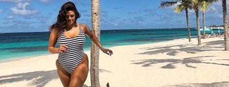 А це красиво: Ешлі Грем у смугастому купальнику позувала на пляжі