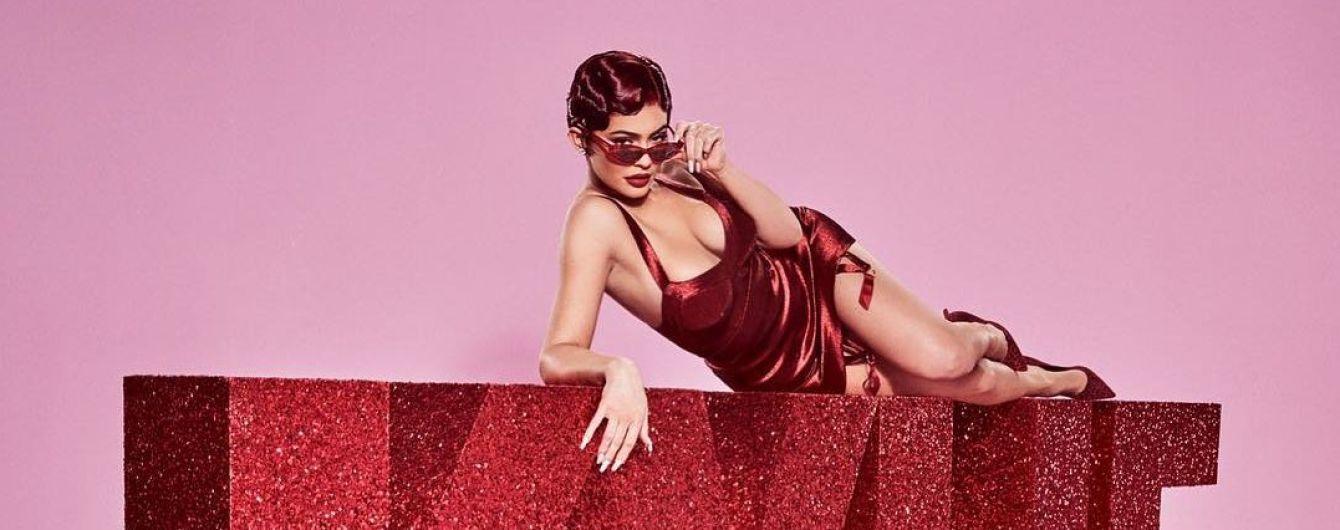 """Кайли Дженнер в сексуальном платье позировала в стиле мюзикла """"Чикаго"""""""