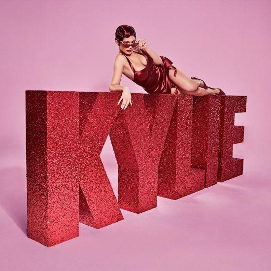 """Кайлі Дженнер у сексуальній сукні позувала у стилі мюзиклу """"Чикаго"""""""
