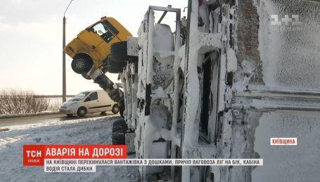 На плохо почищенной трассе под Киевом перевернулся грузовик