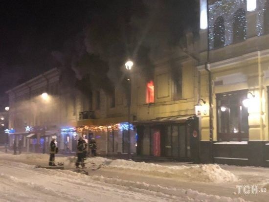 В Києві спалахнула пожежа в будівлі з піцерією та рестораном