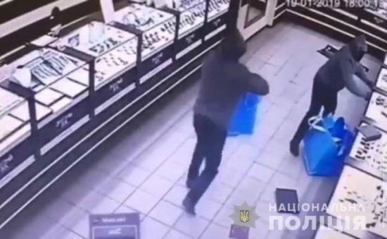 Поліція затримала шістьох іноземців за пограбування ювелірного магазину у Кривому Розі