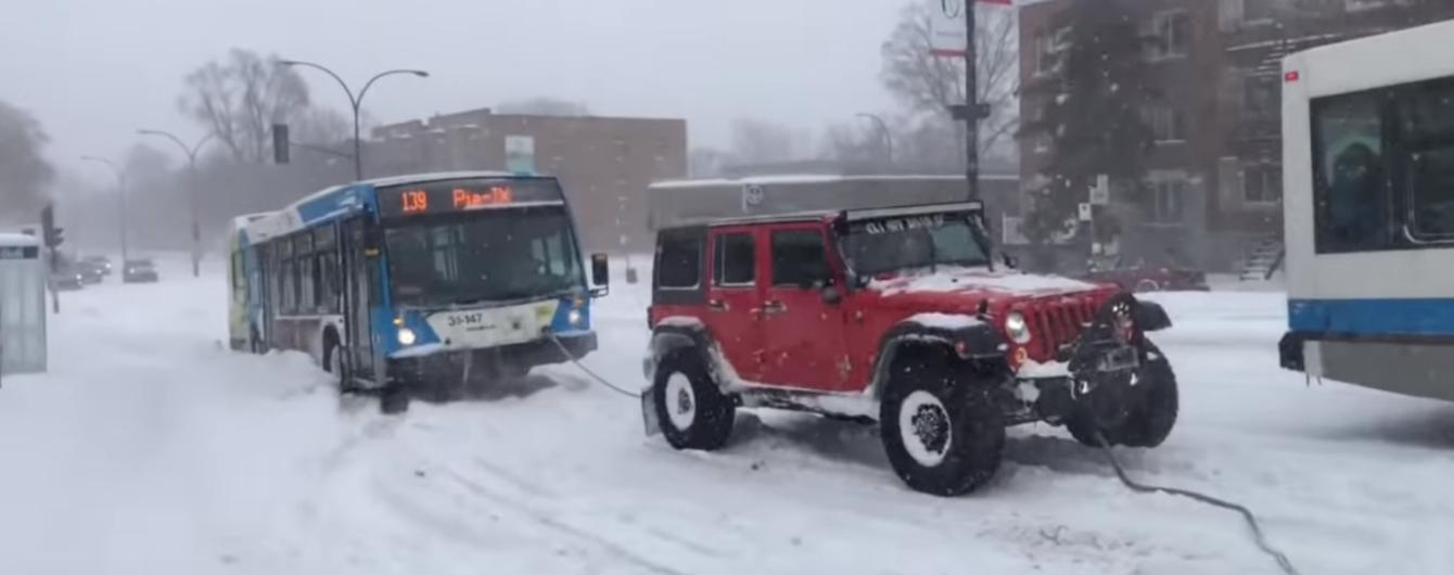 Чуйні водії позашляховиків вирвали автобус з лап снігу в Канаді