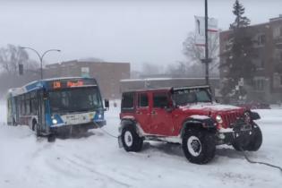 Отзывчивые водители внедорожников вырвали автобус из лап снега в Канаде