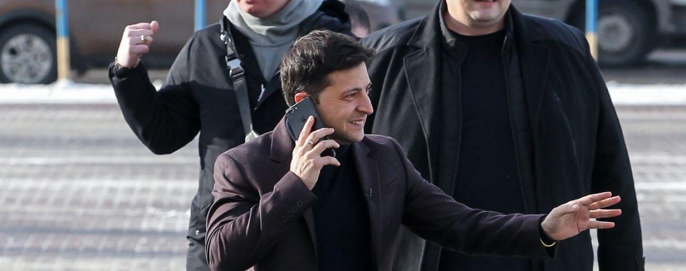Стеження за Зеленським: кандидата в президенти супроводжують підозрілі авто, від яких мовчки відходять поліцейські