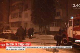 Вибух і пожежа у Львові: бочка у підвалі від води пожежників розгорялася ще більше