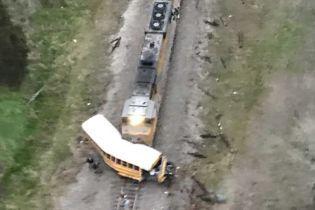В США поезд на полном ходу въехал в школьный автобус