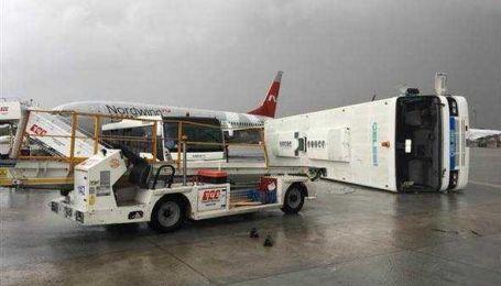 Перевернутые автобусы и более десяти пострадавших. Анталию атаковал разрушительный смерч