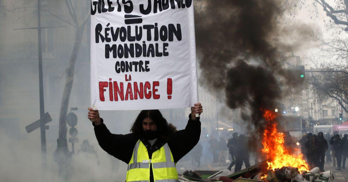 """У Франції відновилися протести """"жовтих жилетів"""": сутички з поліцією і десятки затриманих"""