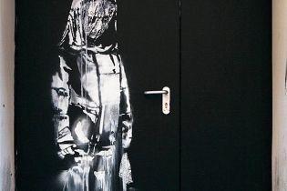 В Париже вырезали и украли рисунок Бэнкси, посвященный теракту 2015 года