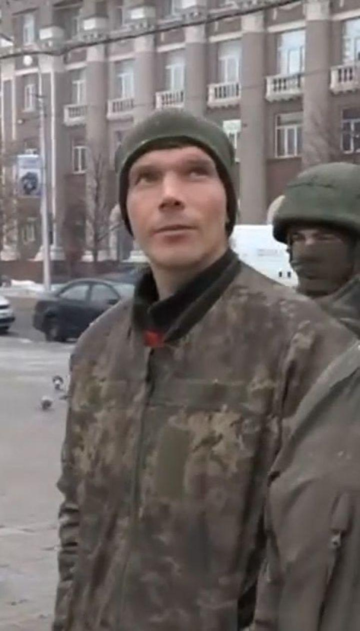 Українських військовополонених водять окупованим Донецьком і перетворюють на інформаційну зброю