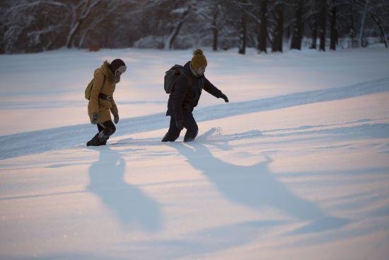 У Росії вчителів у 20-градусний мороз змусили прибирати сніг у мішки