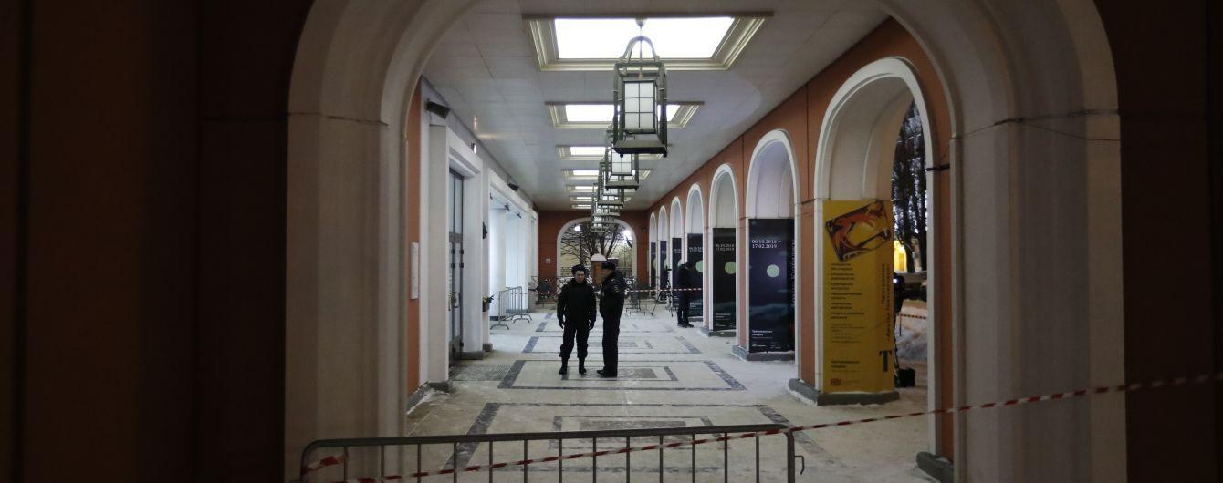 В Третьяковской галерее у картины Врубеля разделся до стрингов мужчина
