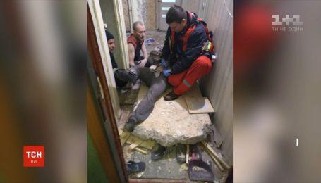 В Днепре на мужчину упала стена, которую он выбивал у себя в квартире