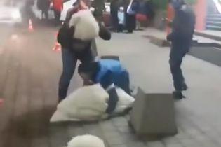 В Сети возмущаются видео, где выходец с Кавказа дважды уронил украденную невесту