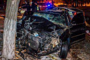 У Дніпрі 18-річний водій без документів розтрощив Volkswagenоб дерево