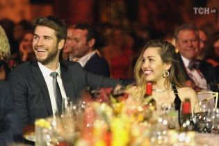 Майли Сайрус в платье с глубоким декольте впервые вышла в свет с Лиамом Хемсвортом в качестве супругов