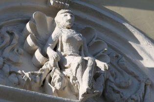 Чудеса реставрации: в центре Москвы изуродовали фигуры женщин на 145-летнем здании